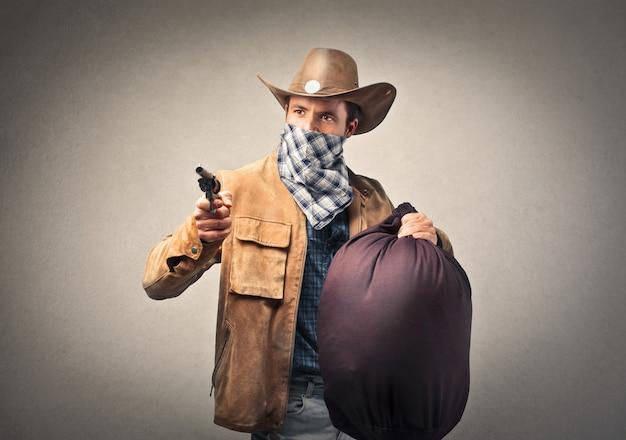 Cowboy tenant une arme à feu