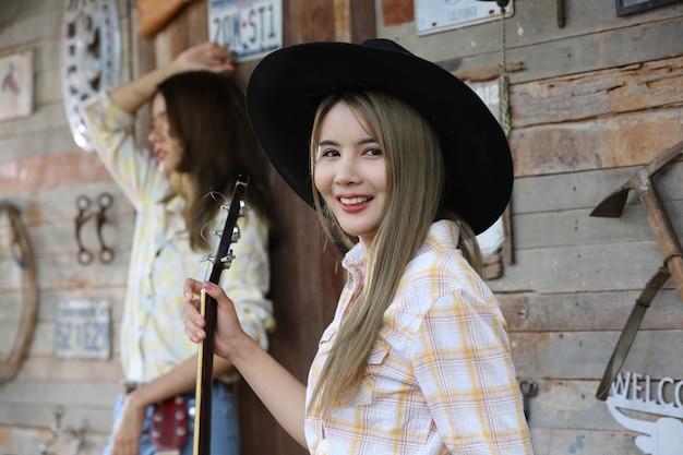 Cowgirl Avec Horse Reliant En Costume Traditionnel. Photo Premium