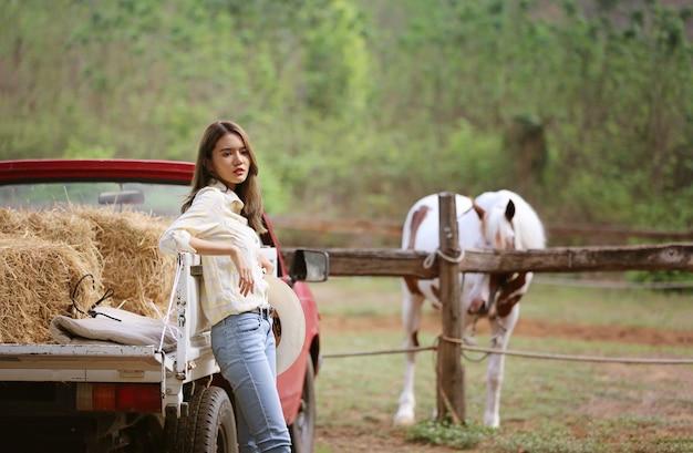 Cowgirl avec horse reliant en costume traditionnel.