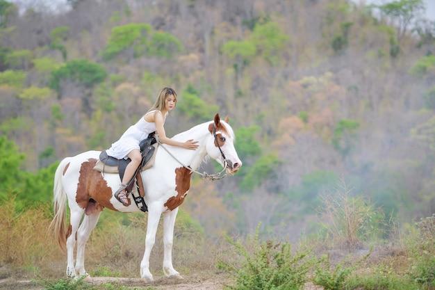 Cowgirl travaillant les écuries. concept de femme rétro dans le style ranch.vintage de chevaux