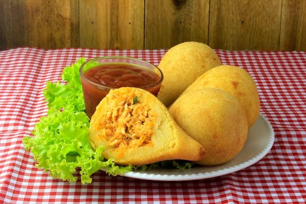 Coxinha dans le plat, collations de la cuisine brésilienne traditionnelle farcie au poulet