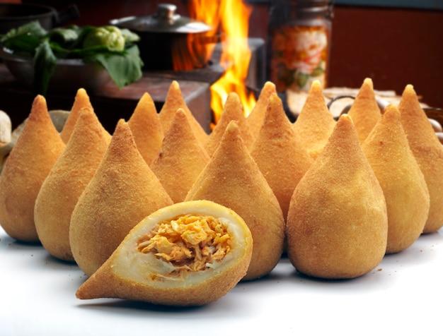 Coxinha de galinha - snack de poulet frit brésilien, populaire lors des fêtes locales. servi avec sauce chili.