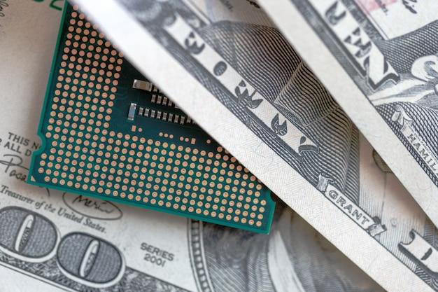 Cpu de bureau sur fond de devise dollars. concept de prix de la technologie.