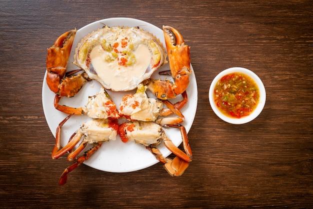 Crabe aux œufs cuit à la vapeur au lait frais avec sauce aux fruits de mer épicée