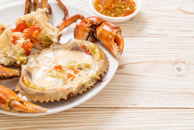 Crabe aux œufs cuit à la vapeur avec du lait frais
