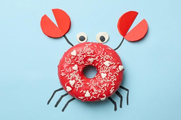 Crabe en beignet sur fond bleu