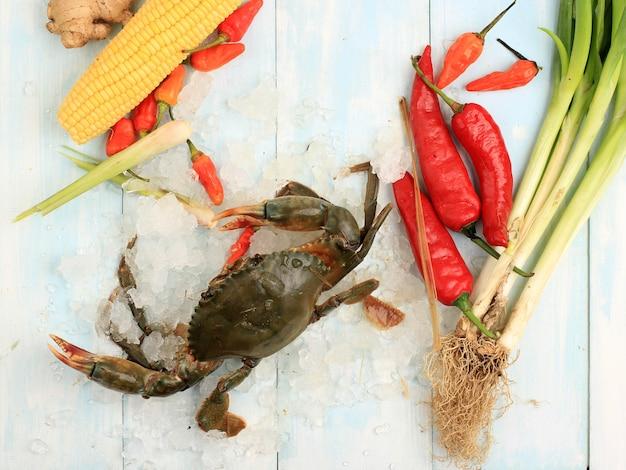Crabe cru frais brillant sur glace avec ingrédient faisant kepiting saus padang (sauce de crabe padangnese)