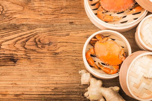 Crabe cuit sur vapeur et planches de bois