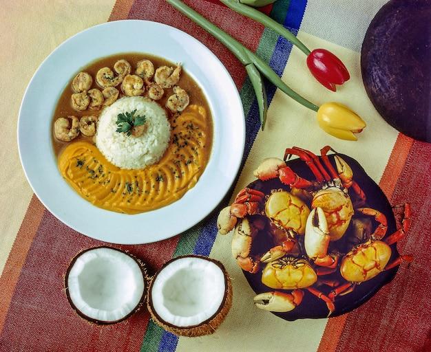 Crabe dans l'eau et sel et crevettes dans une sauce à la noix de coco nourriture typique du nord-est du brésil