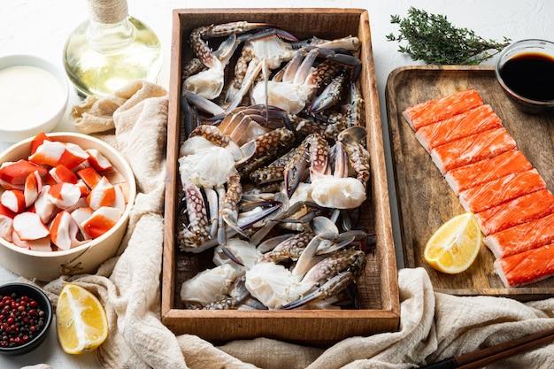 Crabe de fleurs crues fraîches ou pièces de crabe bleu, sur tableau blanc