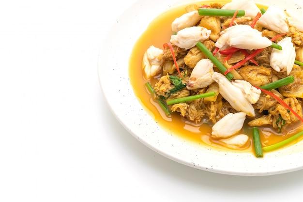 Crabe frit avec de la poudre de cari
