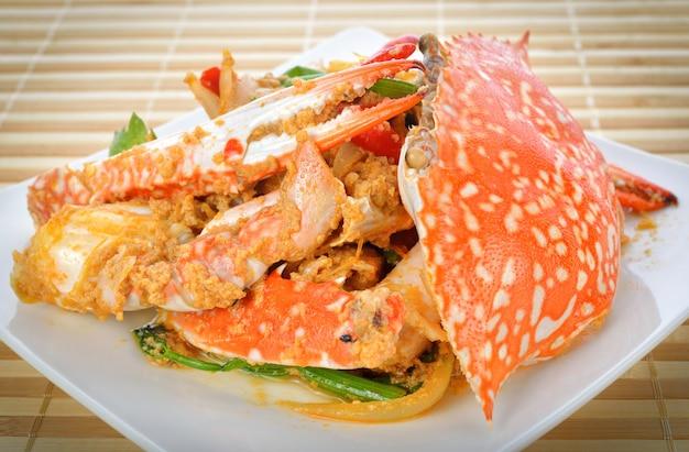 Crabe frit avec de la poudre de cari.
