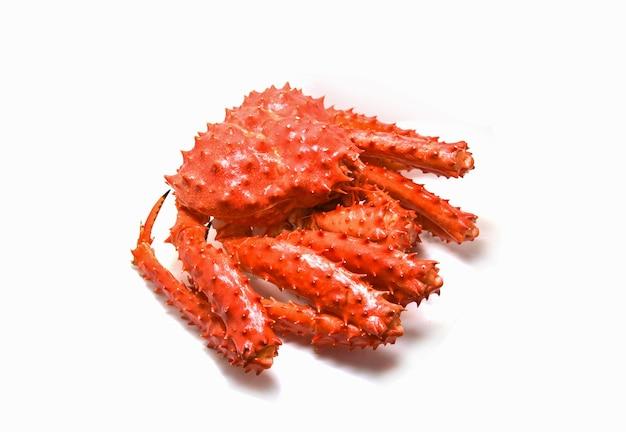Crabe rouge isolé / crabe royal d'alaska cuit à la vapeur ou de fruits de mer bouillis sur fond blanc