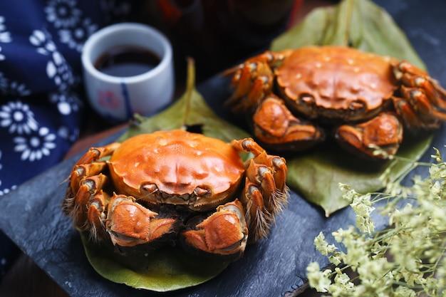 Crabe à la vapeur de chine yangcheng lake on stone board