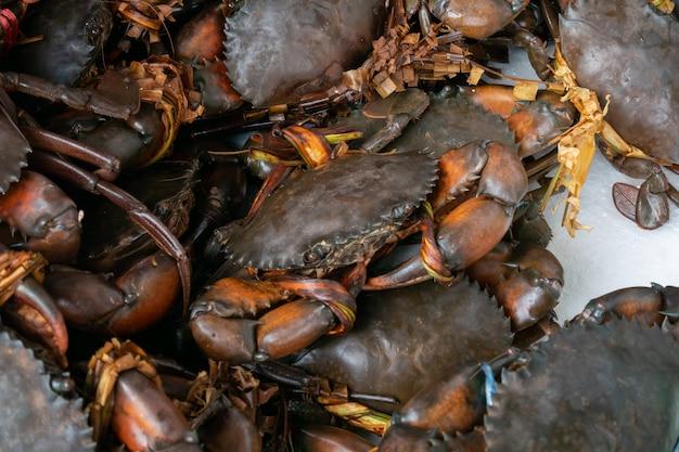 Crabes crus à vendre sur le marché.