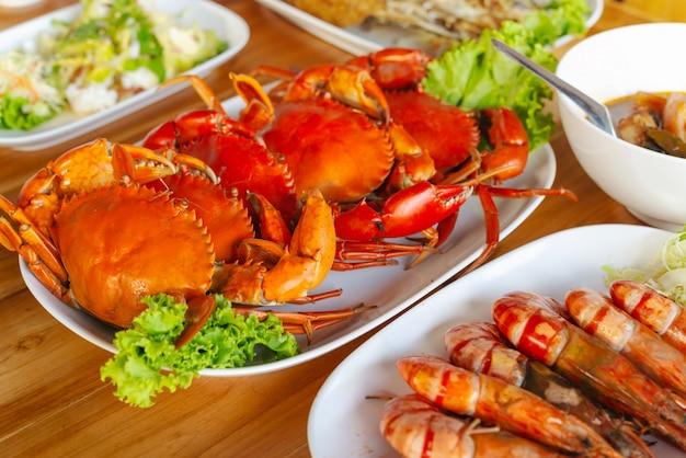 Crabes cuits à la vapeur avec sauce épicée aux fruits de mer.