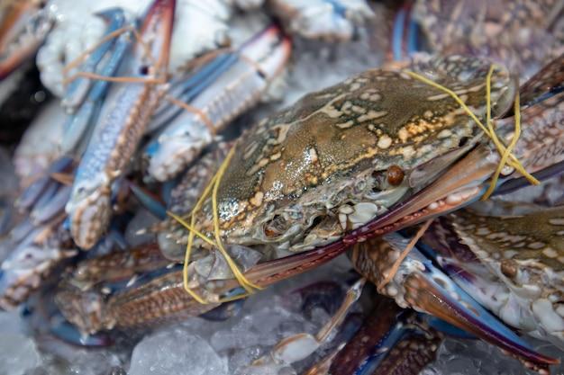 Des crabes de fleurs fraîches et vivants se vendent sur le marché.
