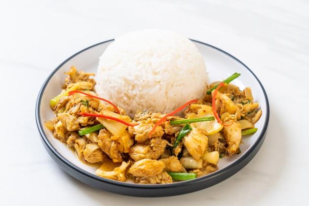 Crabes frites en poudre au curry avec du riz