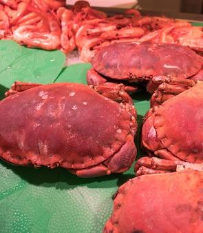 Crabes rouges gros et frais sur le marché.