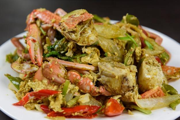 Crabes sautés à la poudre de curry, cuisine thaïlandaise (bhu pad pong karee)