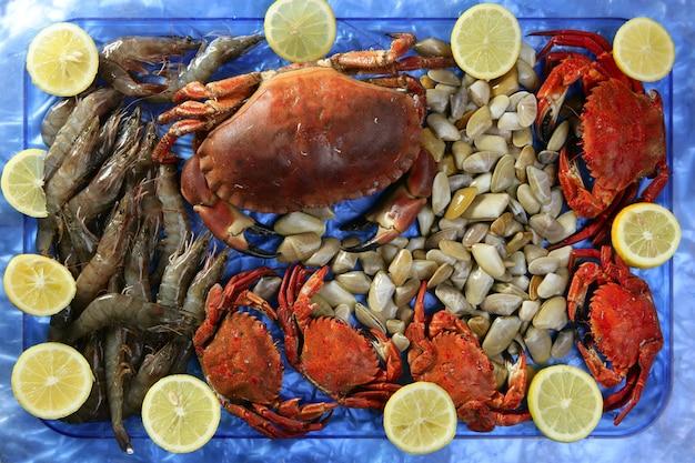 Crabes tellin palourdes crevettes et citron