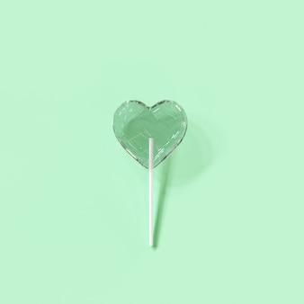 Crack candy heart sur fond de couleur verte. idées de concept minimaliste de la saint-valentin. rendu 3d