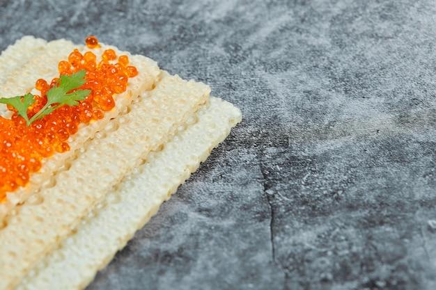 Cracker au caviar rouge.