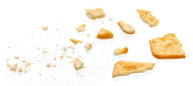 Cracker cassé isolé sur blanc, vue de dessus