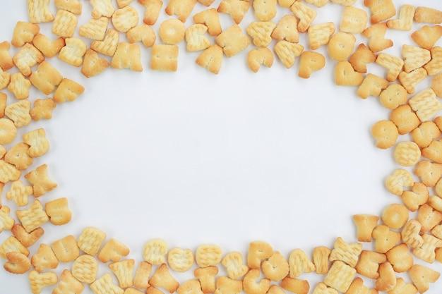 Cracker ou cookie abc alphabet lettre alphabet avec espace copie centre sur fond blanc.
