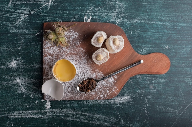 Cracker et délices avec un jaune d'oeuf sur une planche de bois, vue du dessus