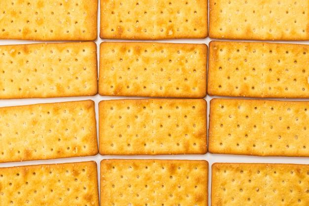 Cracker avec du sel isolé sur blanc.