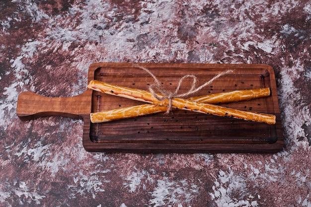 Crackers colle sur un plateau en bois.