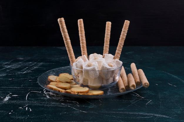 Crackers et gaufres avec lokum turc dans un plateau en verre