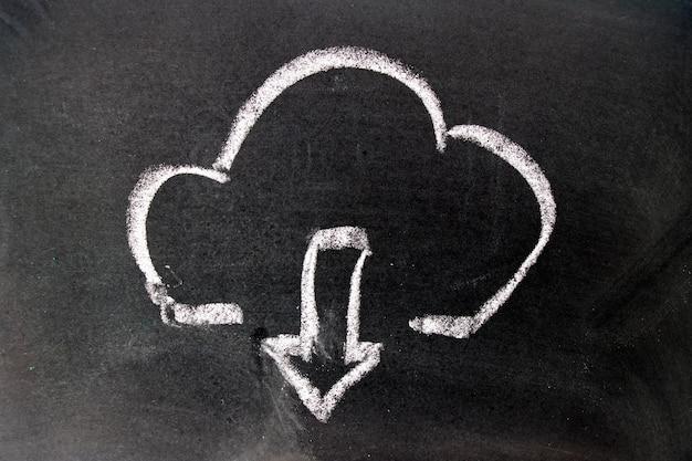 Craie blanche dessin comme nuage et icône flèche vers le bas sur fond de tableau noir