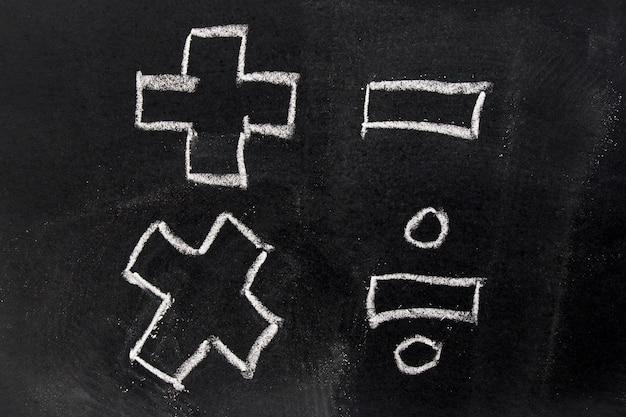 Craie blanche dessin en symbole de mathématiques de base