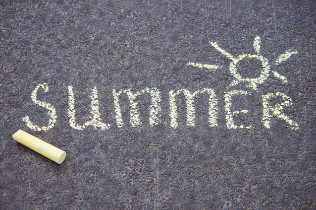 Craie jaune, dessin, sur, asphalte, texte, été, à, soleil