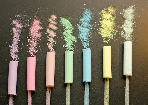 Craie multicolore sur ardoise