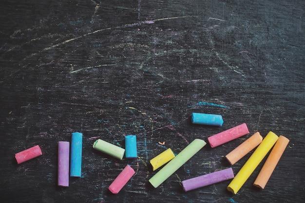 Craie multicolore à l'arrière-plan pour l'éducation