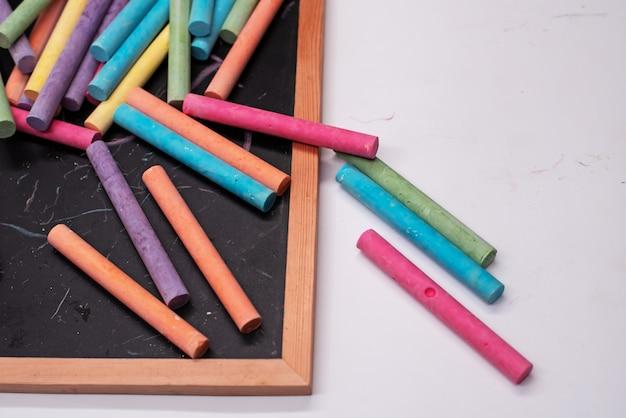 Les craies colorées mises sur le tableau