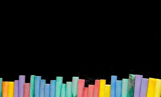 Craies de couleur multi sur fond noir pour l'espace de copie