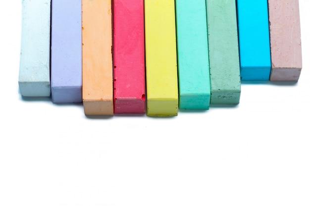 Craies dans une variété de couleurs disposées sur un blanc