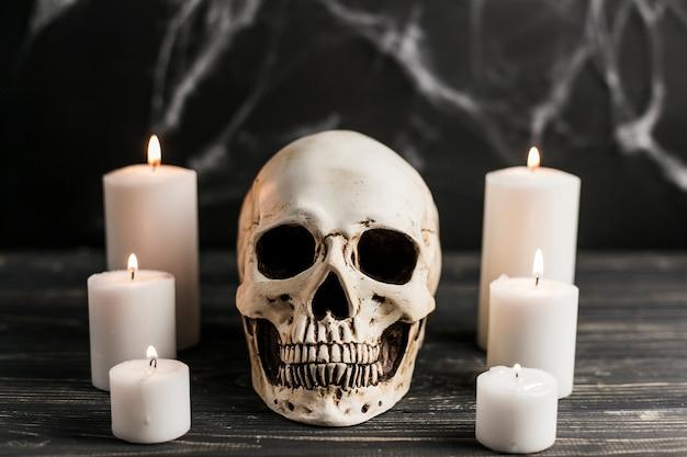 Crâne blanc et bougies allumées