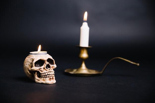 Crâne et chandelier composés