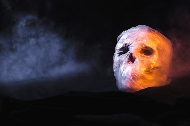 Crâne dans un sac en plastique et fumée