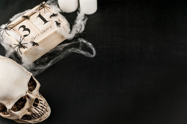 Crâne effrayant avec date en bois et toile plastique