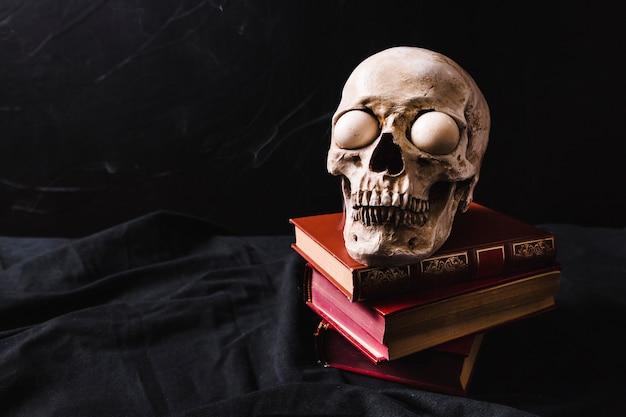 Crâne effrayant avec des livres