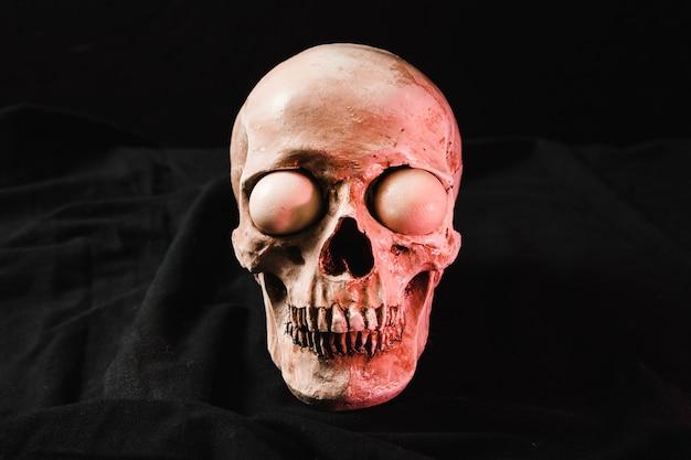 Crâne effrayant avec le point culminant rouge