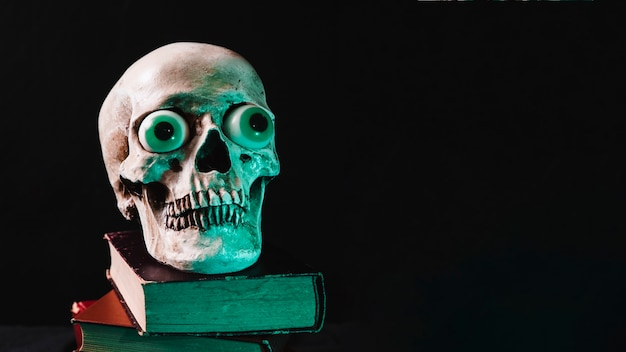 Crâne effrayant sur des tas de tomes