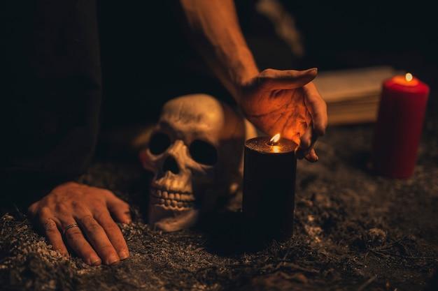 Crâne gros plan avec des bougies allumées