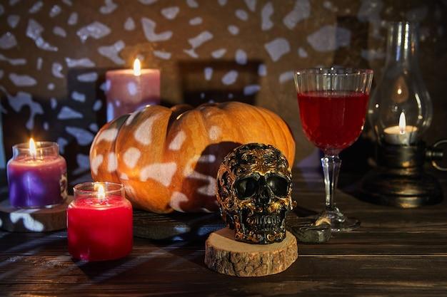 Crâne d'halloween effrayant avec citrouille et vin par une nuit effrayante. scène d'halloween.